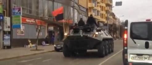 patriotische-tank-rijdt-door-straat-van-kiev