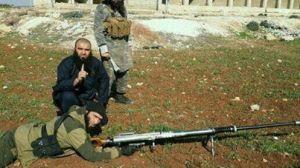 Opmerkelijk nieuws. De Nederlandse jihadist Abu Abdur-Rahmaan al-Iraqi (hurkend op deze foto) zou door zijn eigen terreurgroepering in al-Bab in Noord-Syrië zijn opgepakt melden bronnen in Damascus. De terroristen van de 'Islamitische Staat van Irak en Sham' (ISIS) zullen hun eigen mannetje zelf berechtigen lieten ze weten. Wellicht is de polderjihadist - zelfs naar ISIS-normen - te ver gegaan inzake de onthoofdingen van o.a. Jabhat al Nusra rebellen en vooral het verspreiden van deze bloedige foto's. Een foto van Khalid K. uit Almere met vijf hoofden van onthoofde tegenstanders en een mes werden via de sociale media bekend over de hele wereld.