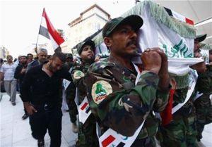 Strijders van de sjiitische groepering Asaib Ahl al-Haq dragen een doodskist van een gesneuvelde makker in Najaf. Deze strijder stierf bij gevechten tegen het Vrije Syrische Leger (VSL) in Syrië. Najaf is een door sjiïtische moslims heilig beschouwde stad in Irak, ongeveer 160 kilometer ten zuiden van Bagdad. De leider van de Syrische tak van deze Iraakse groepering - de zogenaamde Haidar al-Karar brigades - is Akram al-Kabi. Deze militaire leider van Asaib Ahl al-Haq heeft een basis in Aleppo en zijn strijders zijn actief in Aleppo en in het zuiden van Damascus. (Foto: Reuters)