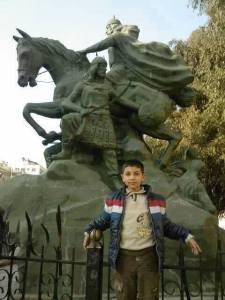 De jongen Mansour al-Samra werd deze week gedood bij bomaanslagen in Karm al-Loz in Homs, samen met zijn jongere broer en moeder.