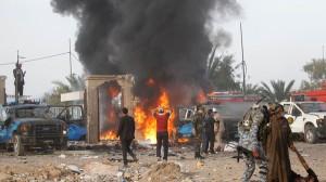 Bij talrijke aanslagen in Irak kwamen de voorbije dagen opnieuw honderden burgers om het leven. (Foto Reuters: Een autobom zaait dood en vernieling tijdens een bijeenkomst van een sjiitische groepering in een sportstadion in het oosten van Bagdad.)