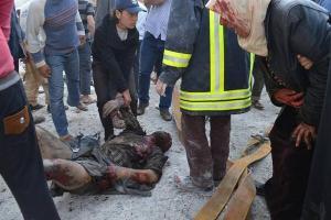 Een Syrisch luchtbombardement, bedoeld voor een schuilplaats van terroristen, is compleet verkeerd afgelopen. De bommen kwamen terecht op een groentenmarkt in Atarib in Aleppo, waarbij meer dan dertig mensen om het leven kwamen en vele gewonden vielen.