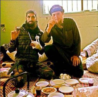 De Nederlandse ex-militair van Syrische origine, jihadist Yilmaz (links), met 'polderjihadist' Victor Droste (alias Zakariya al-Hollandi – rechts).