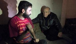 De Nederlandse pater Frans van der Lugt  (rechts) in gesprek met een man in Homs op 30 januari 2014.