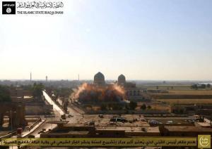 Terroristen van de 'Islamitische Staat van Irak en Sham' (ISIS) hebben het schrijn van Uwais al-Qarani in de stad Raqqa met twee bommen opgeblazen, meldden meerdere bronnen. In maart werd deze plaats reeds zwaar beschadigd door terreurdaden. - https://www.facebook.com/Revolution.East/posts/638820636206045 - http://en.wikipedia.org/wiki/Uwais_al-Qarani - Video: http://www.alalam.ir/news/1579568