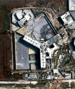 Satellietfoto van de centrale gevangenis van Aleppo.