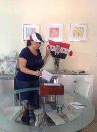 Een Syrische vrouw stemt symbolisch bij haar thuis in de Verenigde Arabische Emiraten, waar de verkiezing verboden was.