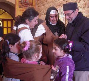 Zuster Carmel, Moeder Agnès-Mariam en Vader Daniël op een archieffoto van Deir Mar Yacub.