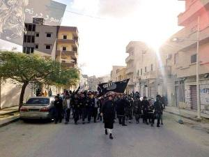 Gelukkig bracht het Westen 'democratie' in Libië. Sympathisanten van de Islamitische Staat (IS) marcheren er nu in de straten in Derna.