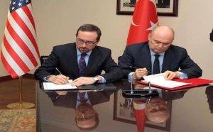 De Amerikaanse ambassadeur John Bass en de ondersecretaris van het Turkse ministerie van Buitenlandse Zaken, Feridun Sinirlioglu.