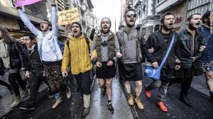 Turkse mannen steunen vrouwenrechten in Turkije door minirokken te dragen.